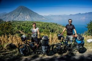 Lena Kleine-Kalmer und Hardy Handel haben rund 50 Kilogramm Gepäck auf ihren speziellen Reisefahrrädern mit dabei. Der 'Lago de Atitlán' in Guatemala eignete sich gut für eine Pause.